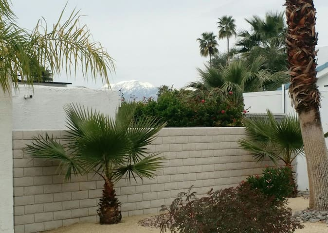 Private, peaceful room and bath in Sun Villas. - Palm Springs - Hus