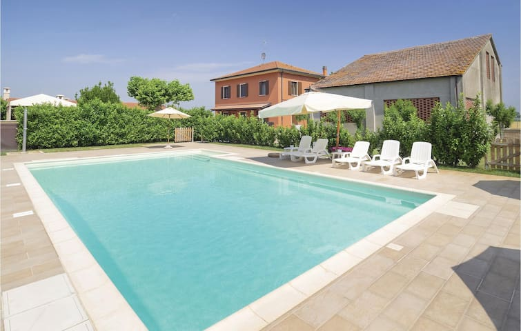 Holiday cottage with 4 bedrooms on 200m² in Lendinara RO
