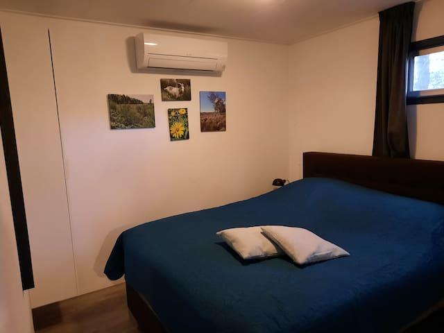 De foto's op canvas die in beide slaapkamers hangen zijn gemaakt van de prachtige natuur in de directe omgeving.