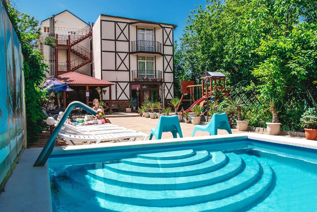 Большой бассейн во дворе гостиницы