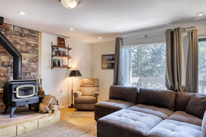 Cozy condo, close to skiing w/ a fireplace plus shared pool & fitness room