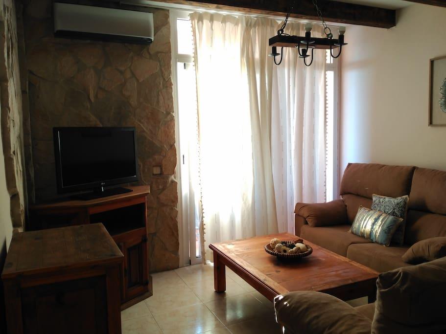 Amplio, luminoso salón con aire acondicionado / bright, spacious living room with air conditioning