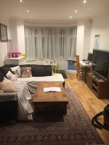 Great 3 bedroom House in North West London - Edgware - Rumah