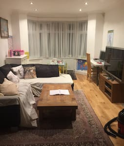 Great 3 bedroom House in North West London - Edgware - House