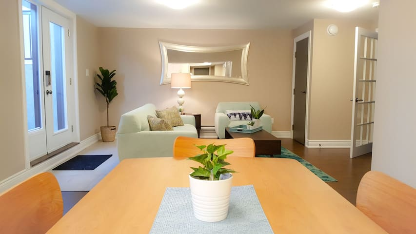 Airport 9 mins drive, king bed, newly furnished!