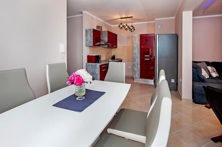 Quiet - 2 bedroom apartment - parking
