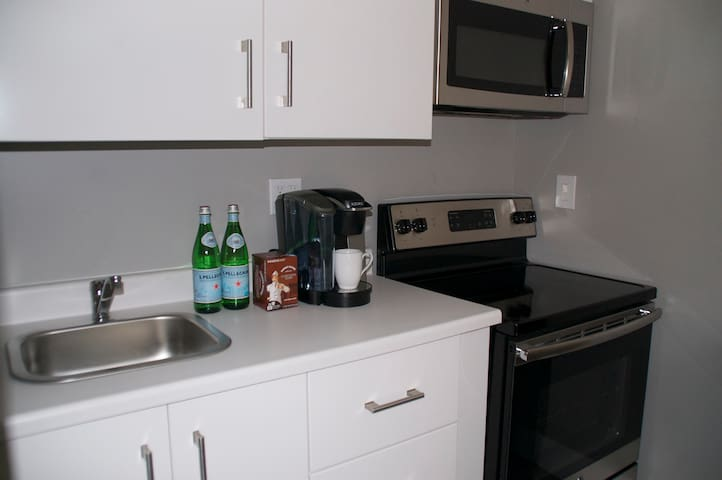 The kitchen will have fresh coffee, that you can make, water and a light snack.