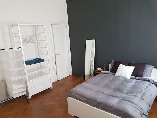 Spacious room in 100y house near central station