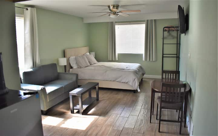 Private Guest Suite near Airport & Downtown