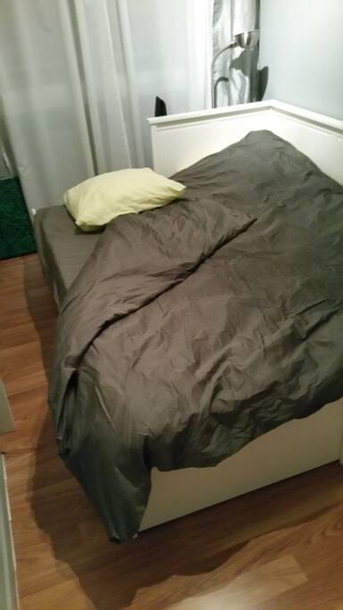 Canapé convertible mais avec deux vrais matelas (sommier peigne) donc vous dormirez aussi bien que dans un vrai lit