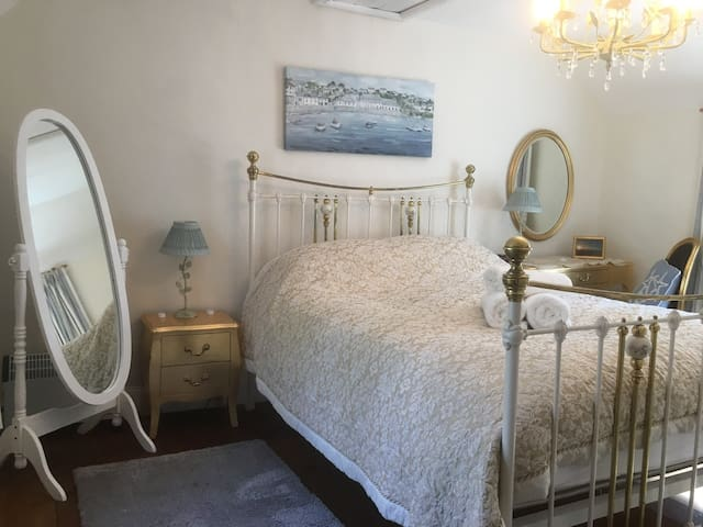 Master bedroom with Kingsize Victorian bed. Plenty of wardrobe and draw space in this dual aspect room.