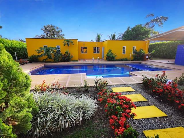 Hermosas cabañas, piscina y salón social. Máx 24p