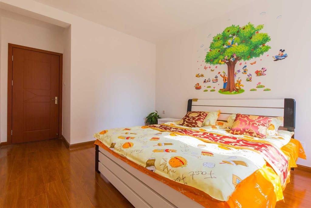 宽敞明亮的大卧室,而且带有飘窗噢