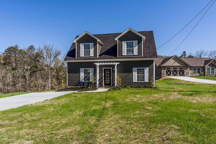 NEW!! Lakefront Home with 3BR/3BA