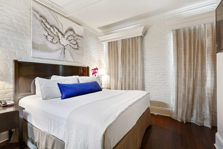 1 Bedroom Suite in a Pet Friendly FQ Hotel