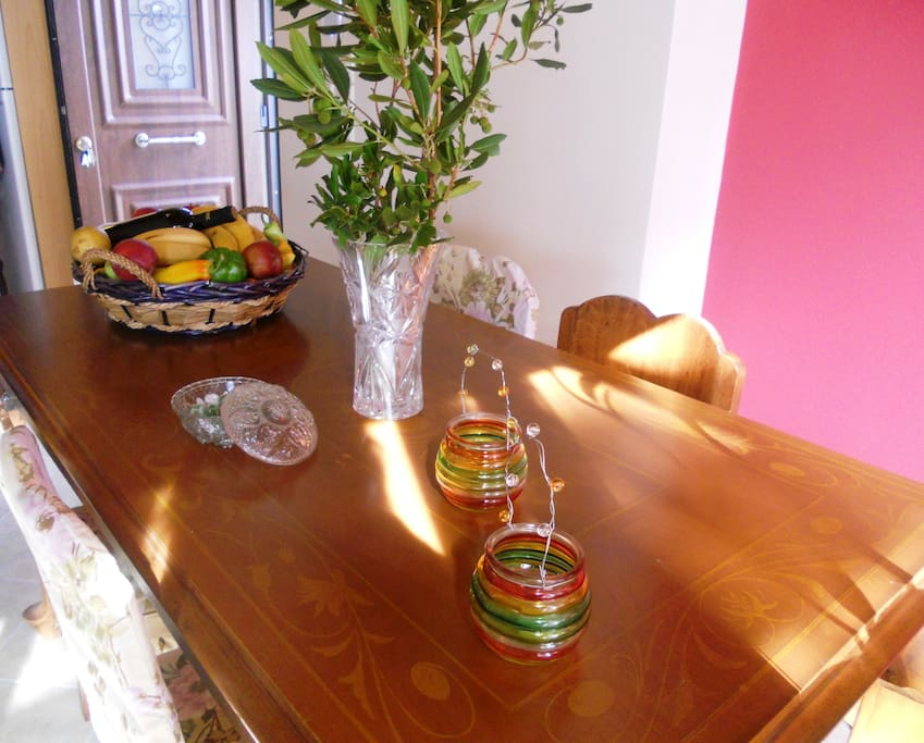 House 1: Bright and colorful dining area (left to the entrance)
