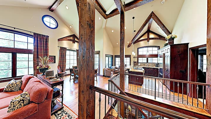 Luxury ski-in/ski-out mountain townhouse with shared pool & hot tub access!