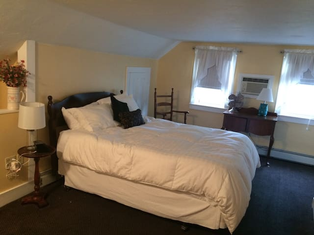 White Mountain B&B. Queen Room - Campton