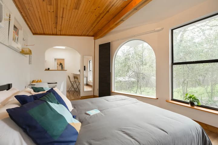 Escape in an Airy Cottage | Close to Cool Eateries