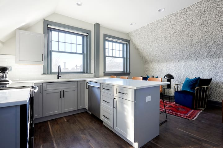 Sonder | The Essex | Cozy 2BR + Kitchen