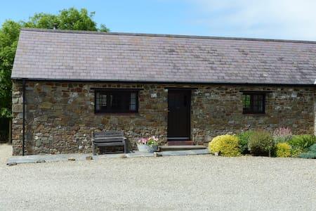 Shippon Cottage, (1 of 3 cottages) - Little Haven - Casa
