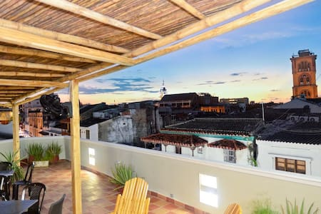 304-5*Old City Balcony, roofdeck, hot water, more