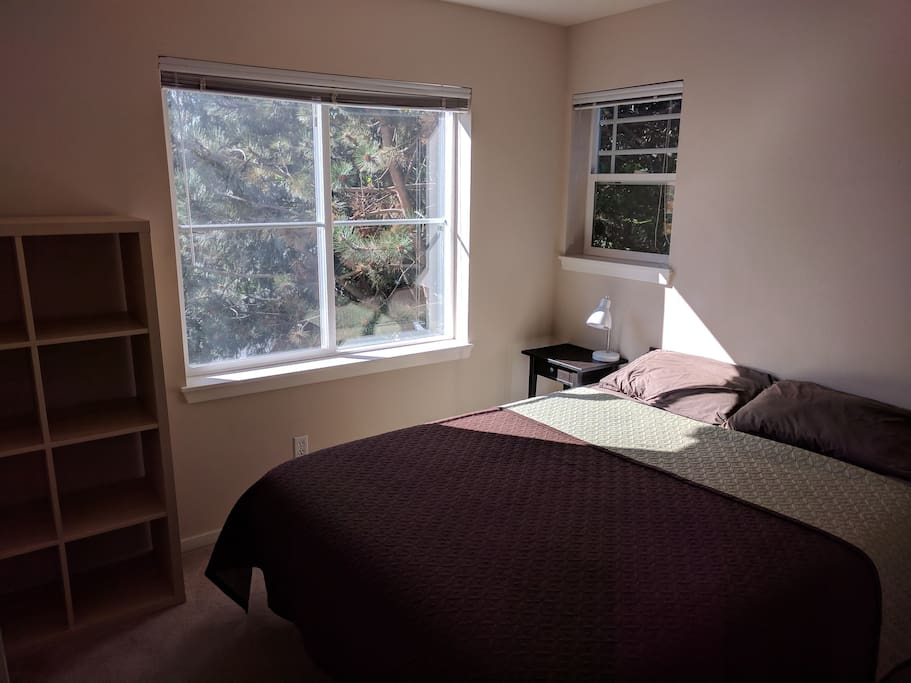 Bedroom 2: Queen Size bed