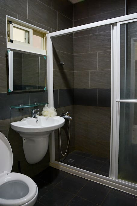 A clean and bright bathroom provides shower gel and shampoo.