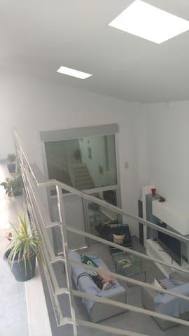 Dormitorio en casa nueva y moderna