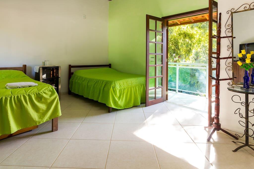 Suíte grande com 02 camas de casal + beliche, TV a cabo, frigobar, varanda e banheiro privativo.