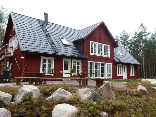 Rännet & Loftet med sjöutsikt i Smålands Trädgård