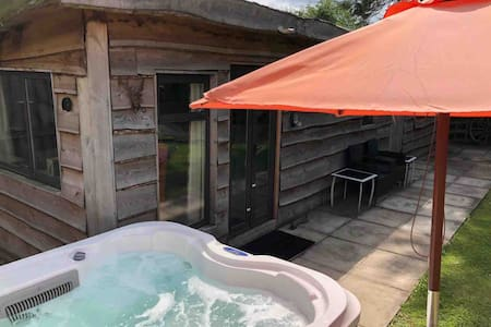 Woodcutters Cabin with Hot Tub