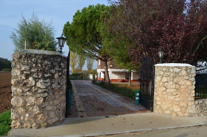 CASA GRANDE CON JARDÍN a un  paso de Madrid
