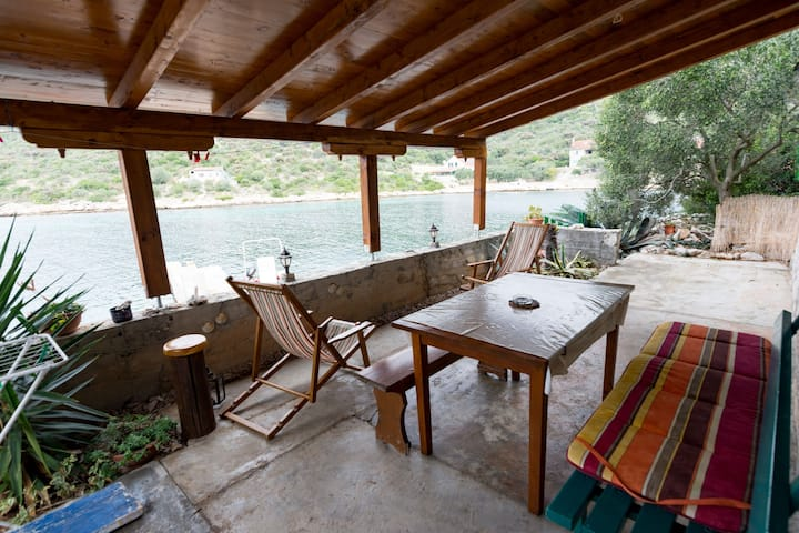 One bedroom Remote cottage, beachfront in Tkon - island Pasman