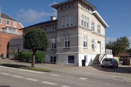 Stor smuk villa fra 1901 i hjertet af Hobro - Hobro - Villa