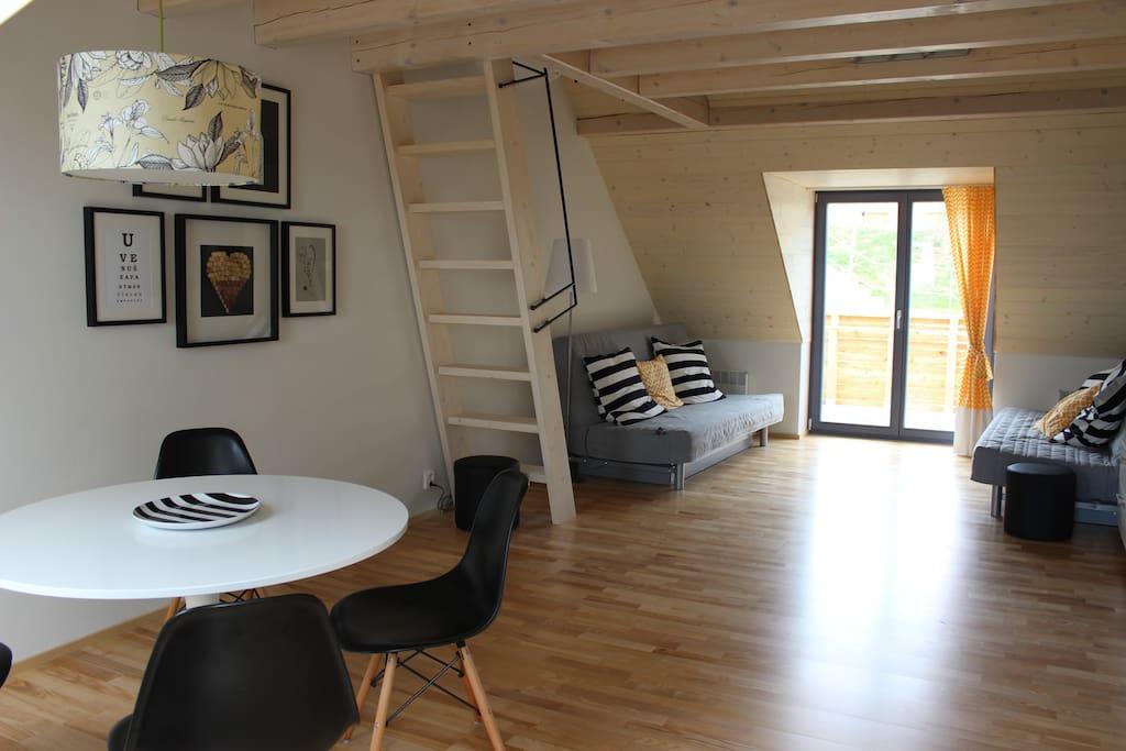 Obývací pokoj s jídelnou, schodiště na galerii