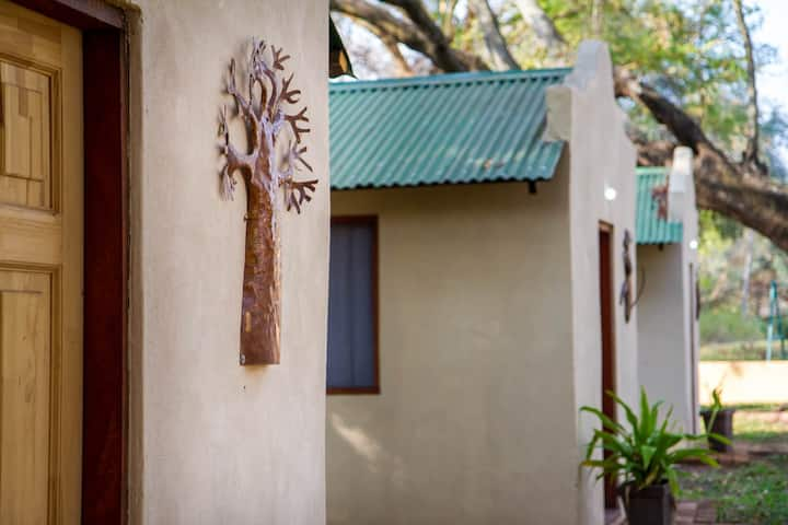 Cottage - Boabab monkey