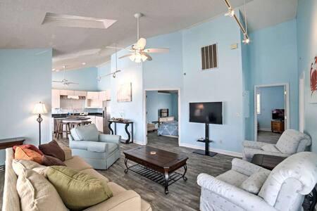 Beautiful Renovated Top Floor of Beach House