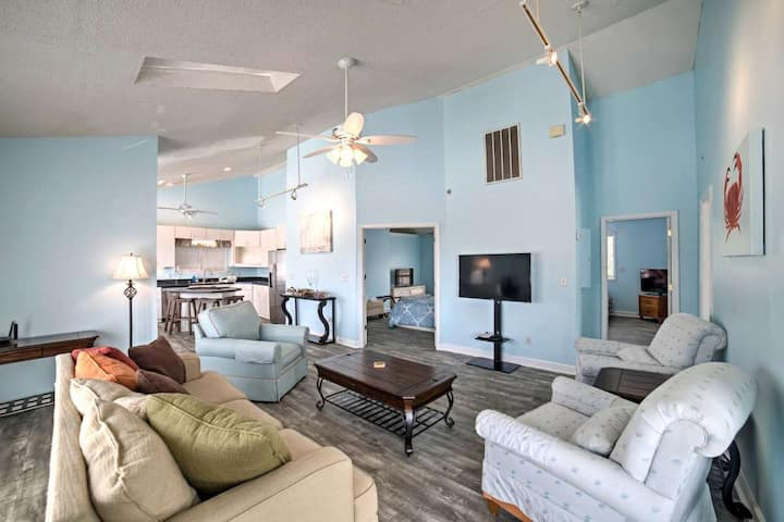 Beautiful Renovated Top Floor of Beach House