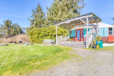 Cozy, oceanfront, dog-friendly yurt with private hot tub