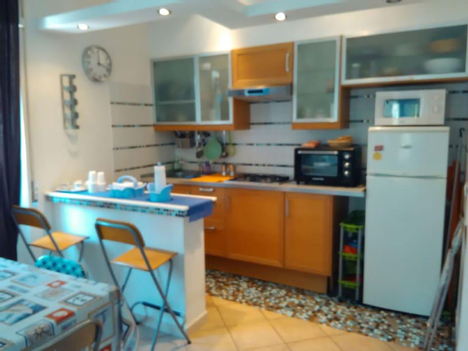 Cucina a vista con lavello fornelli a gas forno ..forno microonde ..frigorifero ..completo di stoviglie