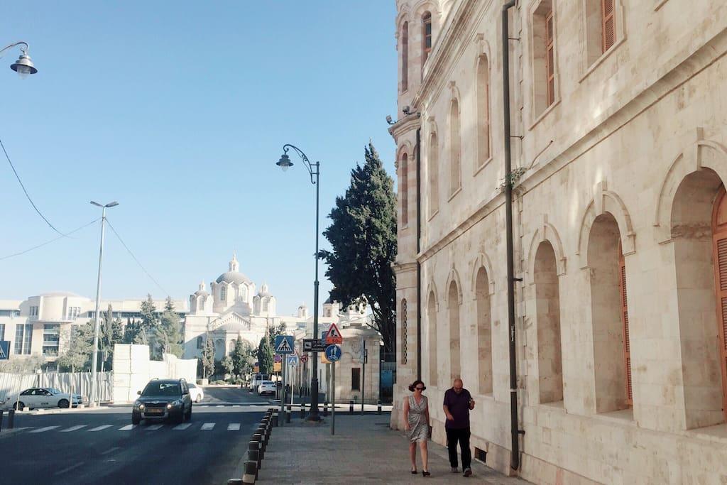 """位于著名的""""俄国区"""",保留许多漂亮的俄国建筑,是当地地段最佳、景色最棒的社区。The street view of the Russian Complex."""
