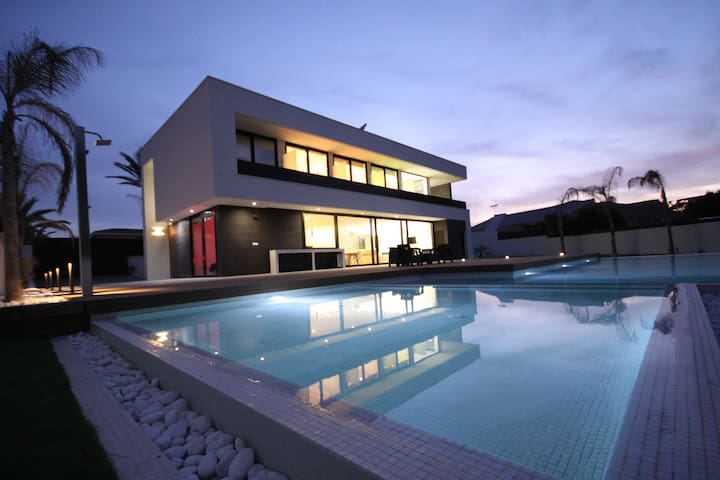 New, luxury villa with 5 bedrooms and pool
