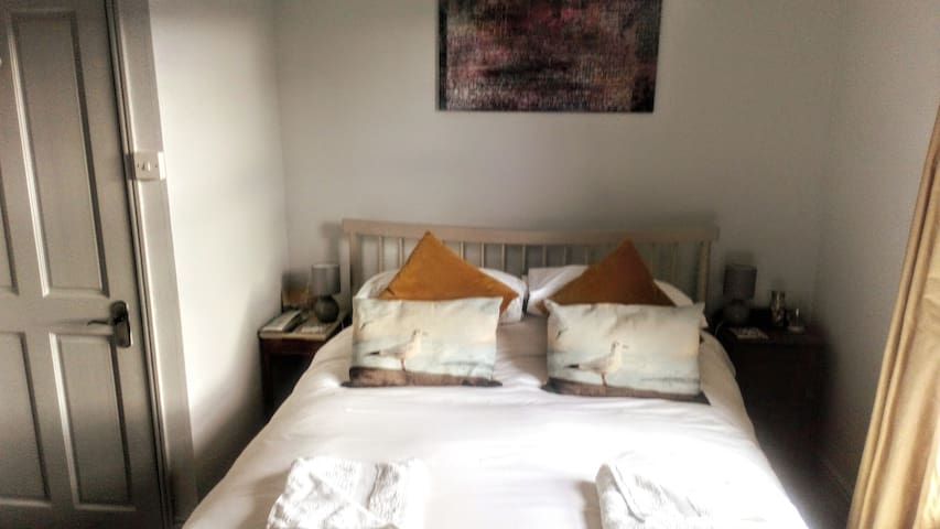 Lovely room in stylish Deal home close to sea
