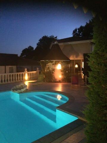 Petite maison équipée dans propriété avec piscine