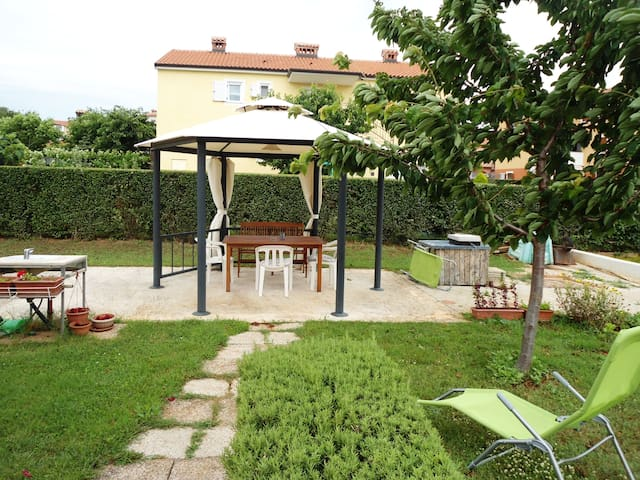 Bright apt with terrace and garden+FREE BIKES - Novigrad - Lejlighed