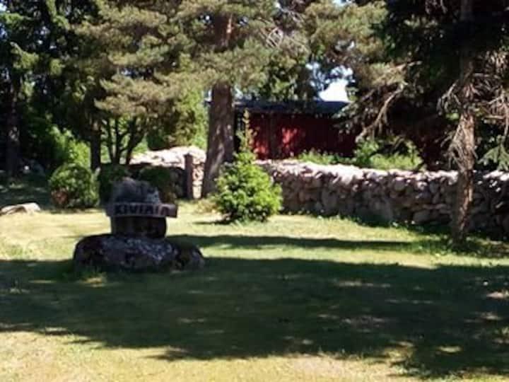 Kiviaia talu puhkemaja keset rohelust