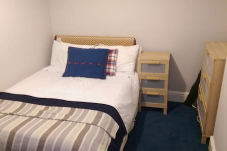 Private room in house with great transport links - Prestwich - Casa