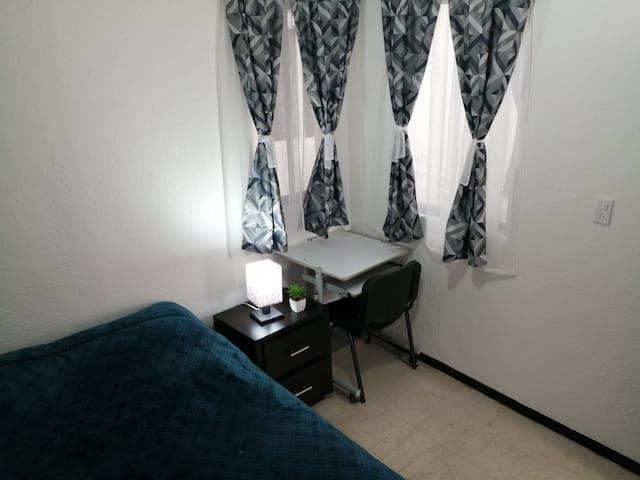 Habitación 1 - Cama matrimonial, closet, escritorio y baño compartido.
