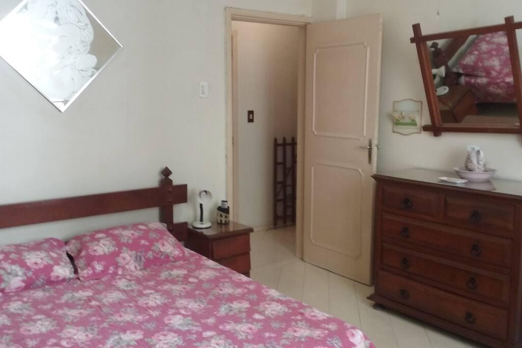 Cama de casal, TV, ventilador de teto e ar condicionado.